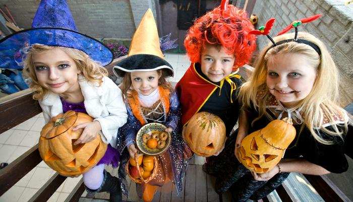 halloween-für-kinder-vier-lächelnde-kinder
