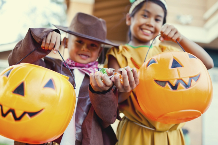 mädchen und junge haben spaß am halloween