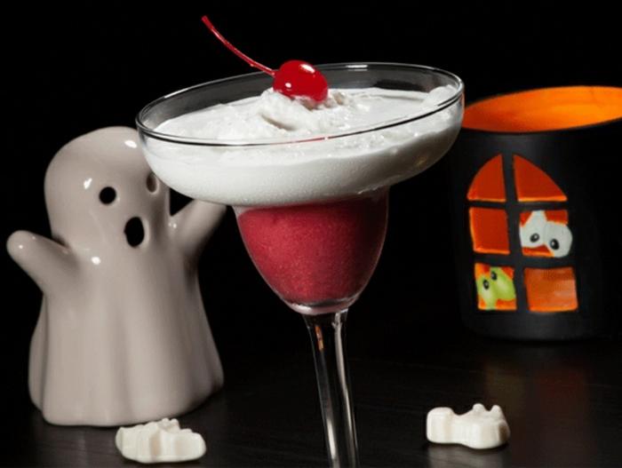 halloween-getränke-eine-kirsche-und-sahne