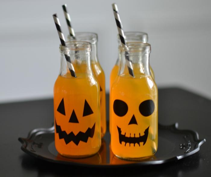 halloween-getränke-flaschen-mit-kürbisgesichtern
