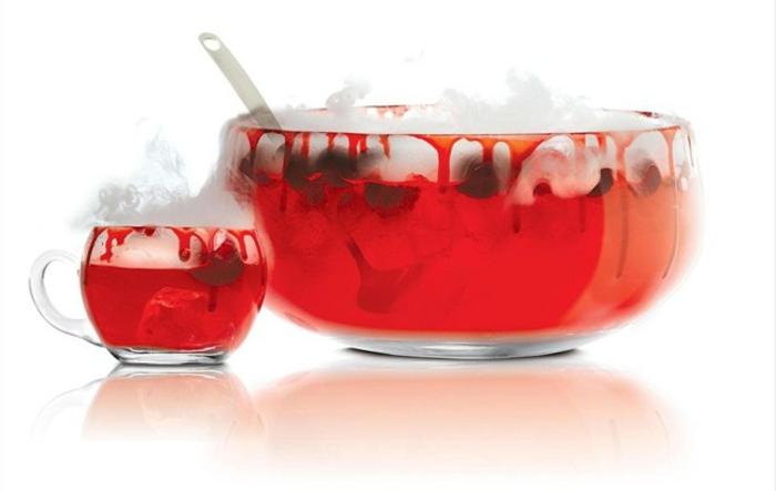 halloween-getränke-rote-flüssigkeit-weißer-hintergrund