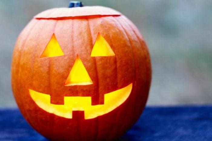 halloween-kürbisse-schöne-lächelnde-modelle