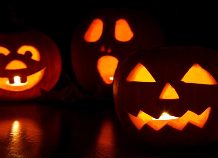 halloween-kürbisse-schöner-schwarzer-hintergrund