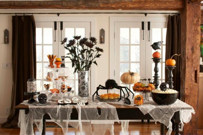 halloween-süßigkeiten-und-dekoration-weiße-tischdecke