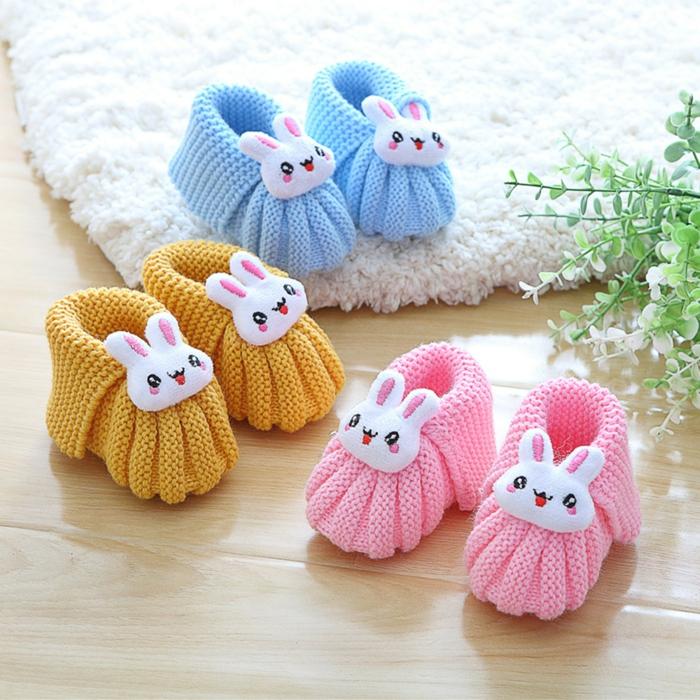 handgemachte-gestrickte-Hausschuhe-Babys-verschiedene-süße-Farben-rosa-blau-gelb