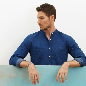 Moderne Herrenmode: Hemd ohne Kragen