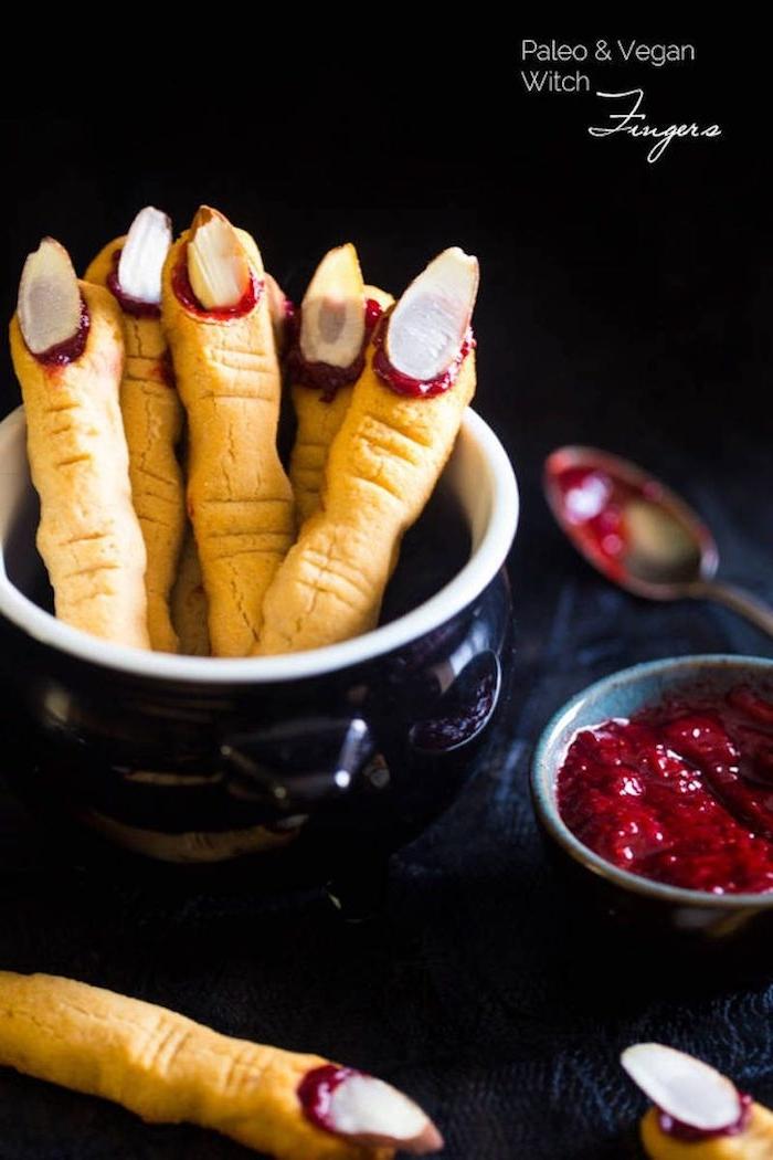 hexenfinger kekse halloween fingerfood gesunde paleo rezepte leckere desserts party mandeln erdbeergelee gruseliges essen vorbereiten