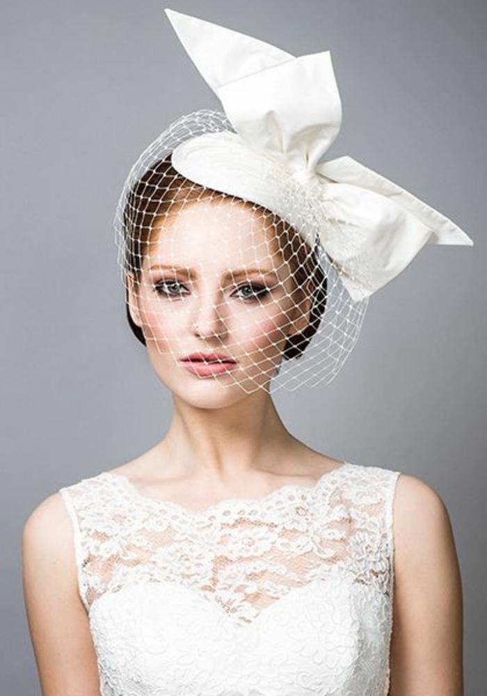 hut-mit-schleier-frau-in-weiß-gekleidet