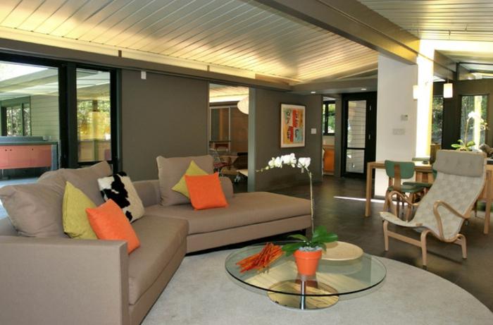 indirekte-beleuchtung-fürs-wohnzimmer-orange-kissen