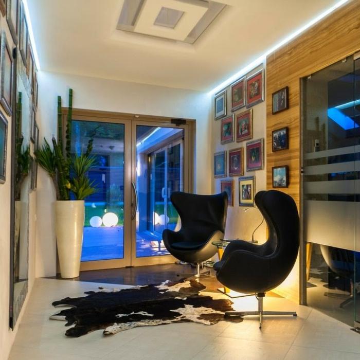 indirekte-beleuchtung-fürs-wohnzimmer-schwarze-sessel