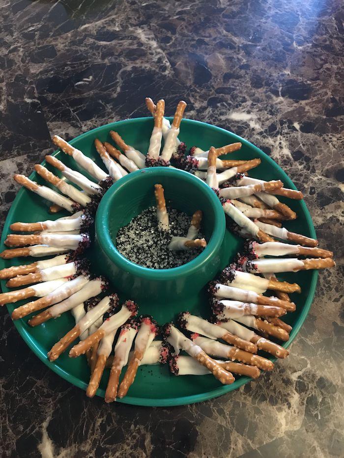 inspiration halloween buffet gruselige ideen essen zigaretten aus pretzeln mit schokolade aschenbecher vorspeisen ideen fingerfood