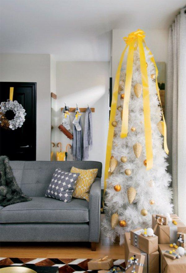 künstlicher-tannenbaum-weiß-gelbe-Dekoration-Band-Zapfen