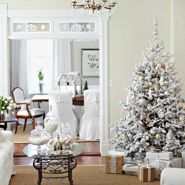 künstlicher-tannenbaum-weiß-goldene-Spielzeuge-stilvolle-Einrichtung