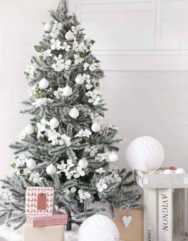 künstlicher-tannenbaum-weiße-Spielzeuge-dekorative-Schneeflocken