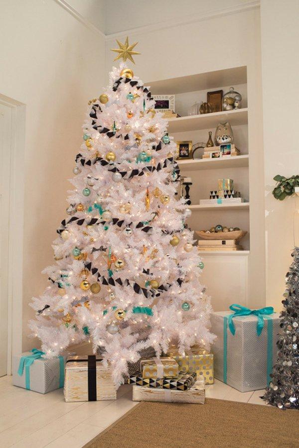 künstlicher-tannenbaum-weiss-bunte-Spielzeuge-Girlande-Geschenke