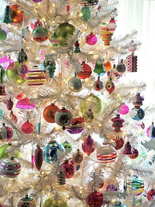 künstlicher-tannenbaum-weiss-bunte-Spielzeuge