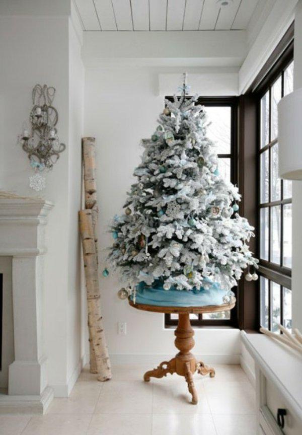 künstlicher-tannenbaum-weiss-künstlicher-Schnee-kleiner-Tisch