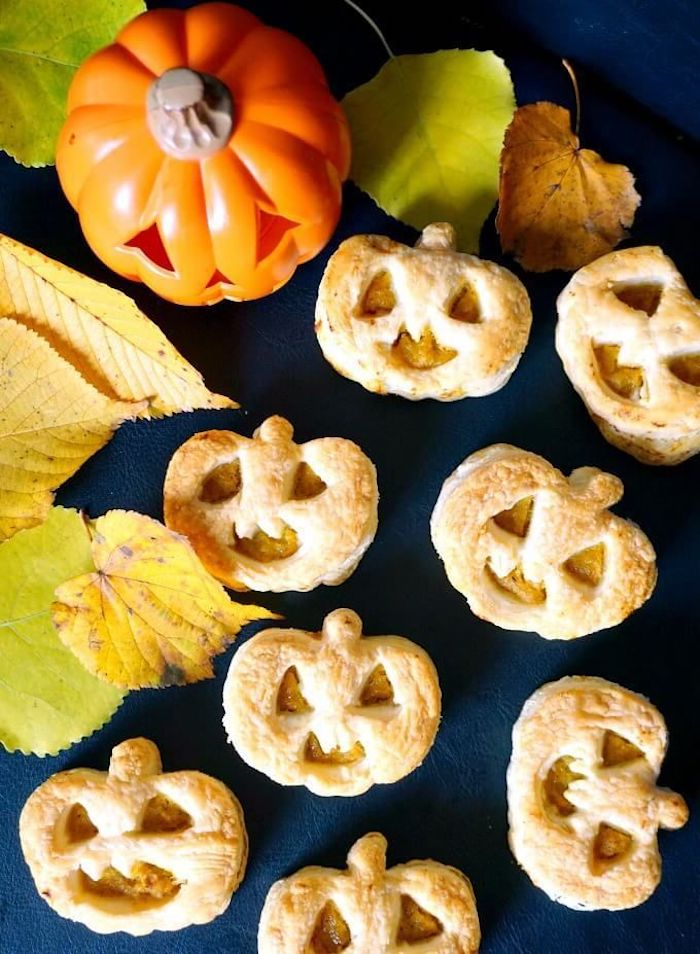 kekse kürbis form halloween essen ideen gelbe braune blätter herbst dekoration jack o lantern ideen gebäck