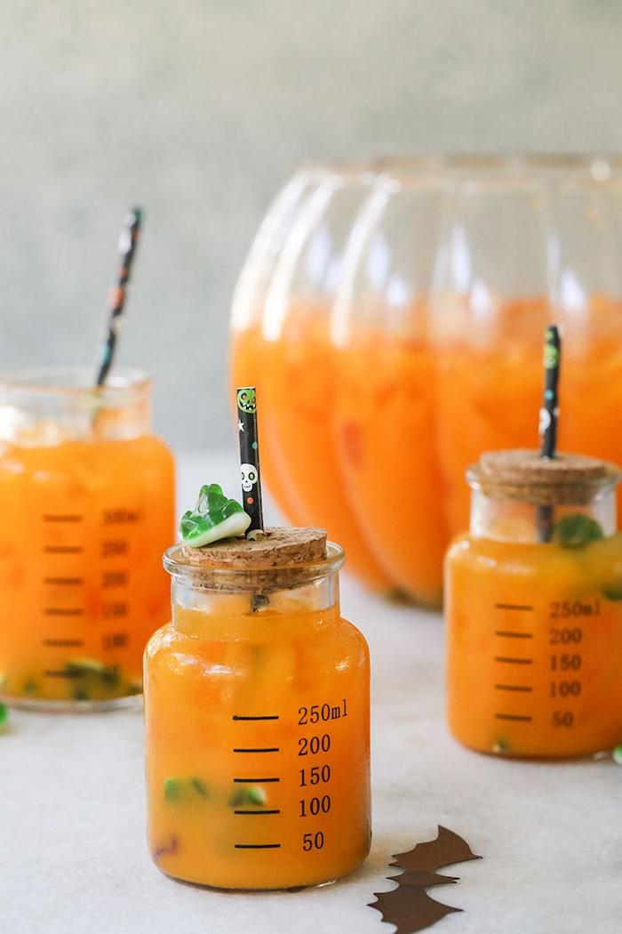 kinder punch halloween rezepte cocktail alkoholfrei kinderparty punch mit orangensaft gummifrösche gummiwürmer schwarzer strohhalm mit schädeln