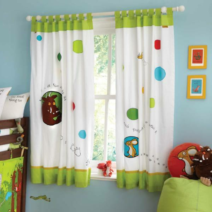 Halblange Kindergardinen verschönen elegant das Fenster