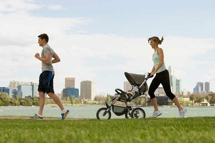 kinderwagen-zum-joggen-ein-ehepaar