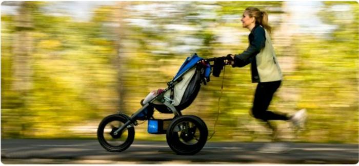 kinderwagen-zum-joggen-eine-frau-mit-ihrem-baby
