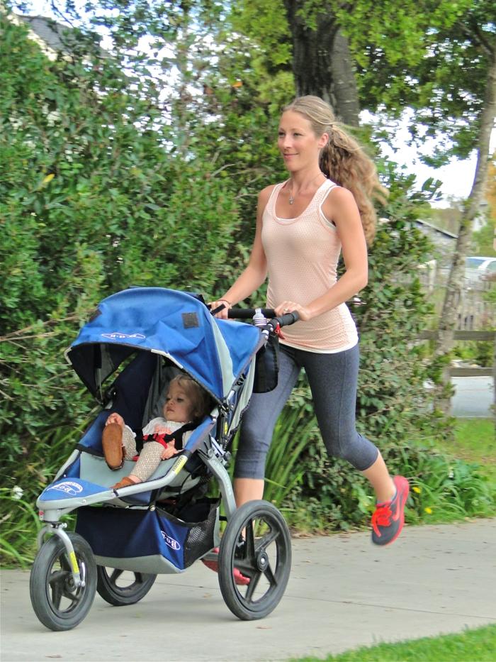 kinderwagen-zum-joggen-eine-junge-mutter-blond