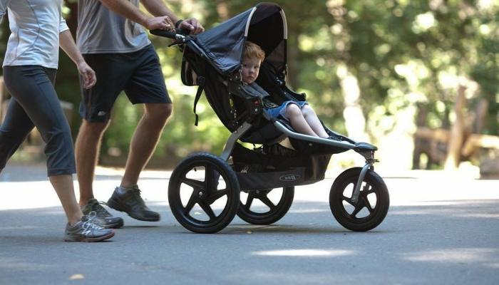 kinderwagen-zum-joggen-im-park-schönes-bild