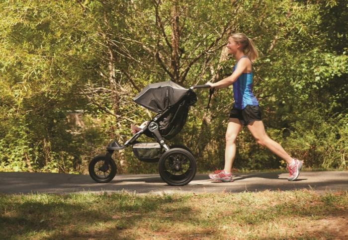 kinderwagen-zum-joggen-laufen-im-wald