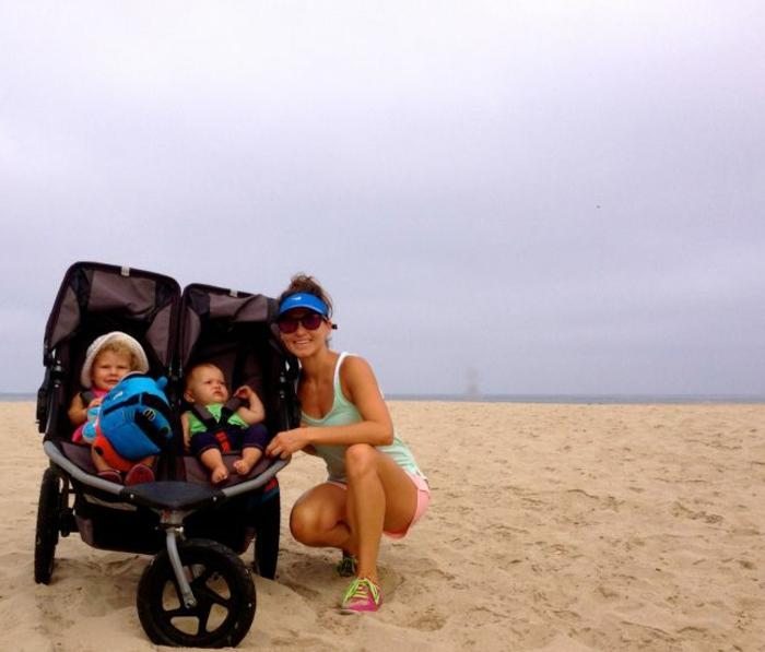 kinderwagen-zum-joggen-mutter-mit-zwei-kinder-auf-dem-sand