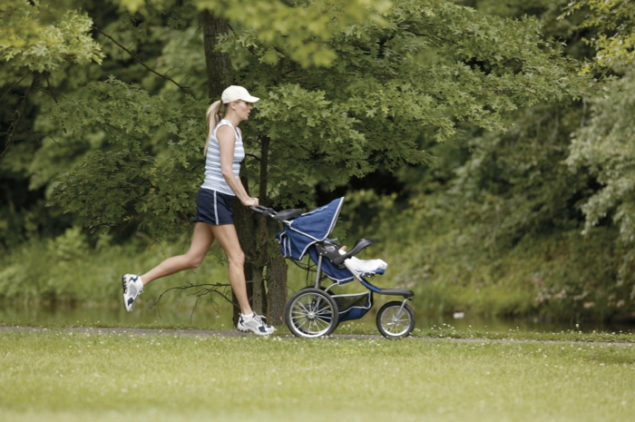 kinderwagen-zum-joggen-sport-machen-im-park
