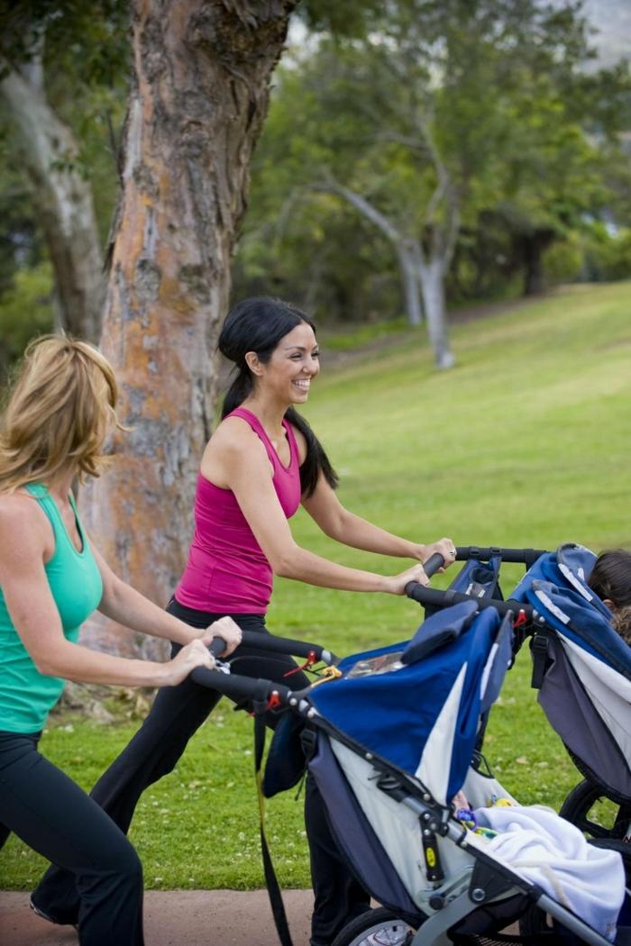 kinderwagen-zum-joggen-zwei-schöne-sportliche-mütter