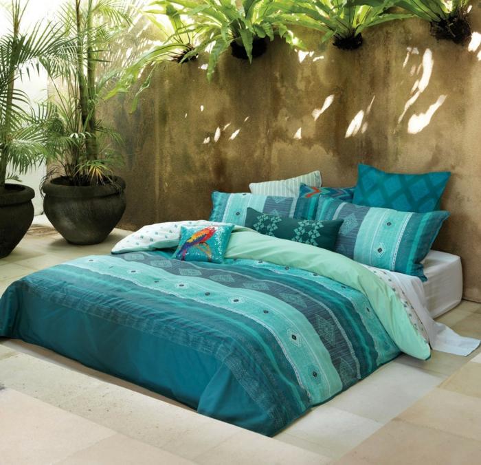 kissen-in-türkis-farbe-gemütliches-schlafzimmer-gestalten