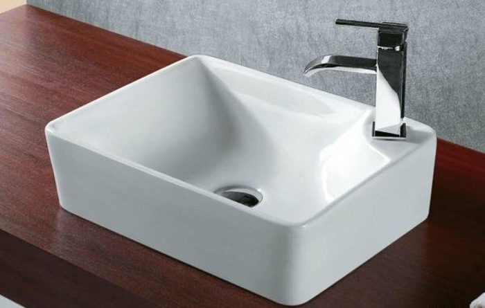 kleine-waschbecken-hölzerne-oberfläche-darunter
