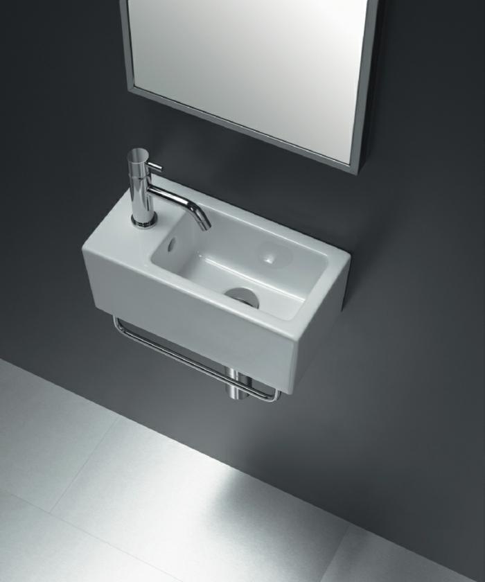 kleine-waschbecken-interessanter-spiegel-an-der-wand