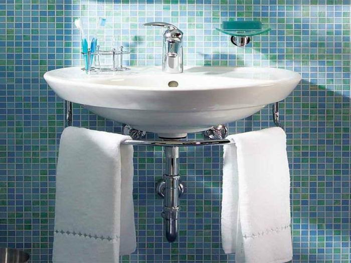 kleine-waschbecken-zwei-weiße-tücher-darunter