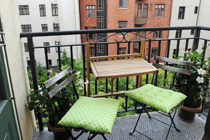 Kleiner balkontisch f r ein gem tliches ambiente - Mini pool fur balkon ...