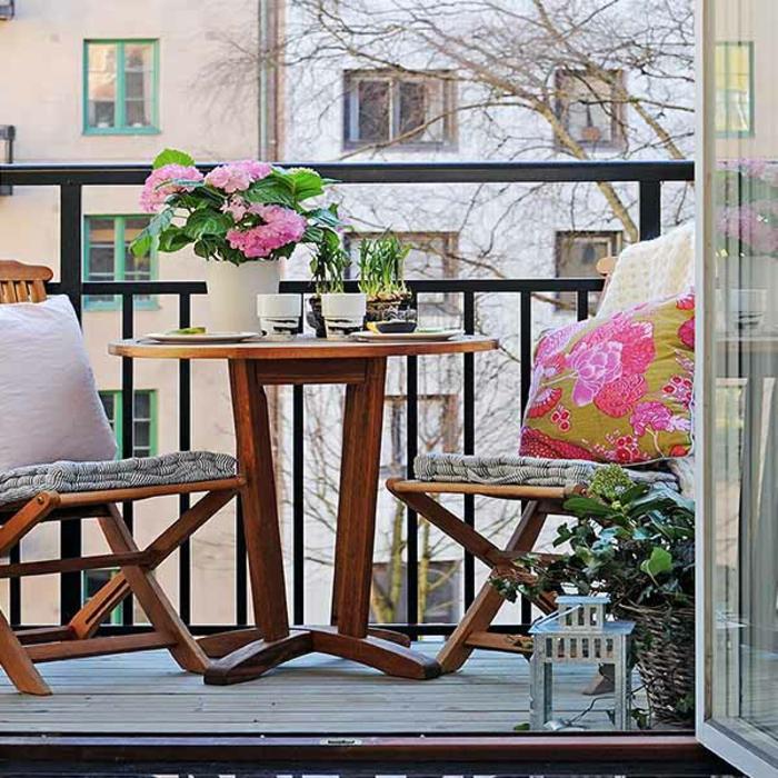 kleiner-balkontisch-tolles-ambiente-wunderschöne-gestaltung