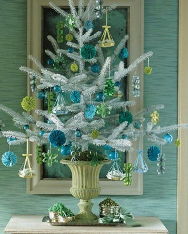 kleiner-dekorativer-weihnachtsbaum-künstlich-Topf-Spielzeuge