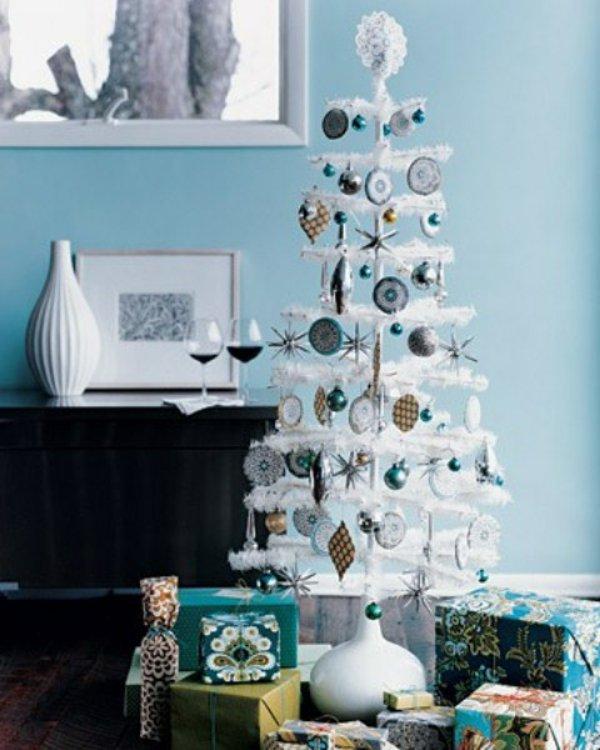 kleiner-dekorativer-weihnachtsbaum-künstlich-kokette-Dekoration