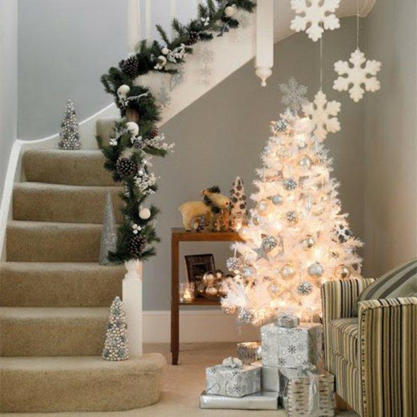 Kleiner Dekorativer Weihnachtsbaum Künstlich Weiss Schmuck Treppen