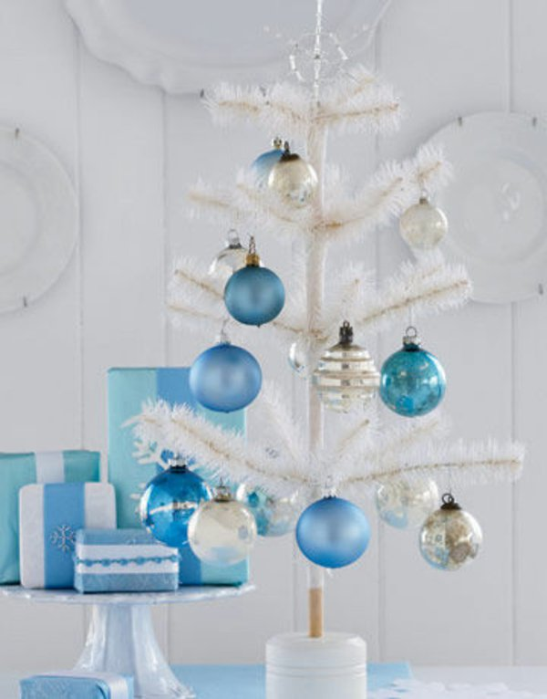 kleiner-dekorativer-weihnachtsbaum-künstlich-weiss-blaue-Spielzeuge