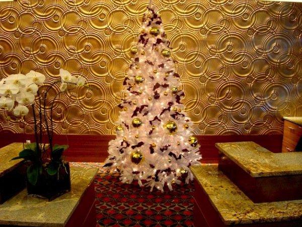 kleiner-weihnachtsbaum-künstlich-weiss-Spielzeuge-Bänder-Orchideen