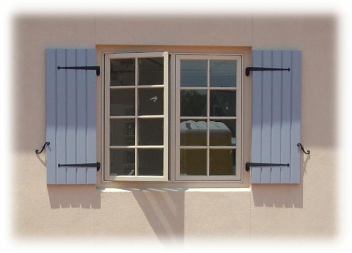 kleines-Fenster-blaue-Läden-klassisches-Modell
