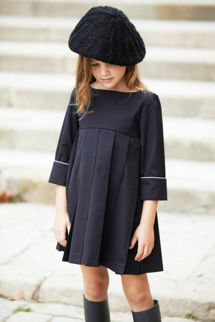 kleines-Mädchen-kurzes-Kleid-gestrickte-Mütze-französischer-Stil-kokett-schick-süß