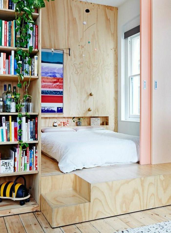 kleines-Schlafzimmer-Schiebetür-Pastellfarben-Platform-Bücherregale-malerisches-Bild