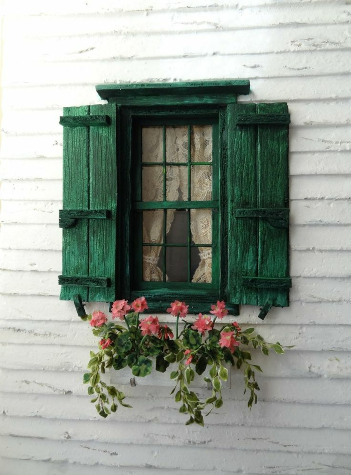 kleines-süßes-Fenster-Spitzen-Gardinen-Blumentopf-vintage-Fensterläden-grün