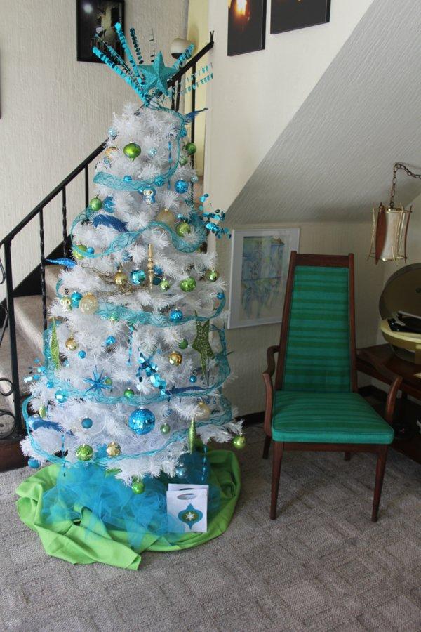 kokett-geschmückter-Tannenbaum-blau-grün