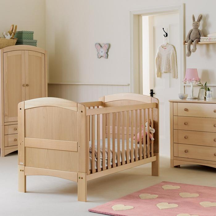 kokette-Kinderzimmer-Gestaltung-rosa-Teppich-Herzen-Muster-Kommode-simples-Design-rosa-Nachttischlampe-Babybett-schmaler-Kleiderschrank