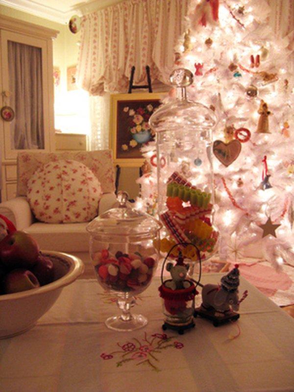 kokette-Weihnachtsdekoration-weisser-Tannenbaum-Süßigkeiten